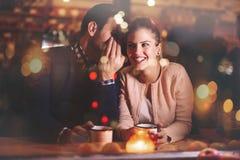 Романтичное датировка пар в пабе стоковая фотография