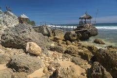 Романтичное газебо на скалистом пляже Стоковое Изображение