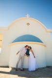 Романтичное датировка Молодые любящие пары держа руки и целовать стоковые изображения