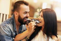 Романтичное датировка пар в кафе и донуте еды стоковые изображения rf
