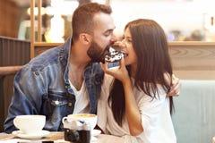 Романтичное датировка пар в кафе и донуте еды стоковое изображение rf