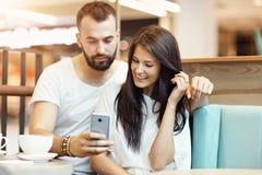 Романтичное датировка пар в кафе и smartphone использования стоковые фотографии rf
