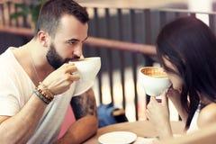 Романтичное датировка пар в кафе стоковая фотография rf