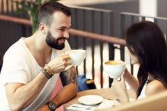 Романтичное датировка пар в кафе стоковое изображение rf