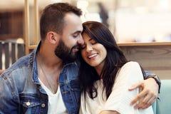 Романтичное датировка пар в кафе стоковые фотографии rf