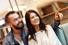 Романтичное датировка пар в кафе стоковые фото