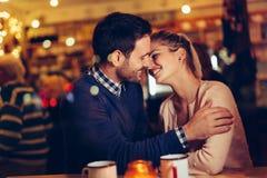 Романтичное датировка пар в пабе на ноче стоковые фотографии rf