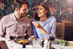 Романтичное датировка пар в ресторане стоковые изображения rf