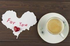 Романтичное желание к ДНЮ ВАЛЕНТИНОК Кофе, карточки и подарок влюбленности стоковые изображения rf