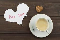 Романтичное желание к ДНЮ ВАЛЕНТИНОК Кофе, карточки и подарок влюбленности стоковая фотография rf