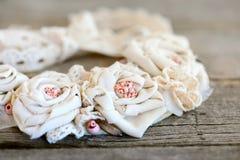 Романтичное затрапезное шикарное ожерелье на винтажной деревянной предпосылке Красивое ожерелье цветка сделанное из хлопко-бумажн стоковое фото