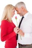 Романтичное зрелое удерживание пар подняло Стоковые Фотографии RF
