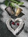 Романтичное изображение сердца и медного стекла с вишней стоковая фотография