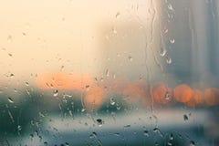 Романтичное и одинокое настроение около стеклянного окна в идти дождь Стоковое Фото