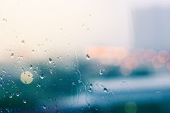 Романтичное и одинокое настроение около стеклянного окна в идти дождь Стоковые Фотографии RF
