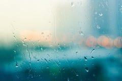 Романтичное и одинокое настроение около стеклянного окна в идти дождь Стоковые Изображения RF