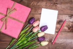 Романтичное и розовое украшение дня ` s валентинки с карточкой настоящего момента и влюбленности DIY мать s дня карточки 8-ого ма Стоковая Фотография RF