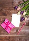 Романтичное и розовое украшение дня ` s валентинки с карточкой настоящего момента и влюбленности DIY мать s дня карточки 8-ого ма Стоковое фото RF