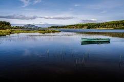 Романтичное место озером, обдумывает, Шотландия стоковые фотографии rf