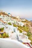 Романтичное назначение Живописный городской пейзаж деревни Oia на острове Santorini с горами кальдеры на предпосылке стоковое изображение rf