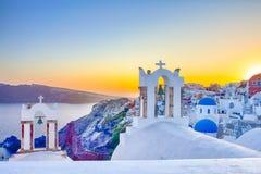 Романтичное назначение Изумляя взгляд живописного городского пейзажа деревни Oia на острове Santorini с горами кальдеры дальше стоковое изображение