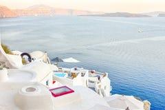Романтичное назначение Спокойный живописный городской пейзаж деревни Oia на острове Santorini с вулканической кальдерой на предпо стоковые изображения