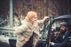 Романтичное отношение сексуальной девушки и человека романтичные пары на ретро автомобиле стоковая фотография