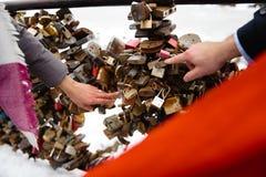 Романтичное фото милых пар outdoors в зиме Молодой человек предлагая жениться на ем с кольцом - они держат руки стоковое фото rf