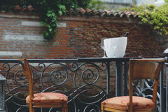Романтичное scenary, таблица с 2 стульями, 2 стекла вина и бутылка вина Стоковое Фото
