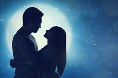 Романтичные азиатские пары в одине другого обнимать влюбленности стоковое изображение rf