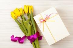 Романтичные букет и подарочная коробка тюльпана Стоковые Фотографии RF