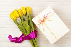 Романтичные букет и подарочная коробка тюльпана Стоковые Фото