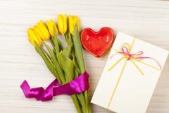 Романтичные букет и подарочная коробка тюльпана Стоковая Фотография
