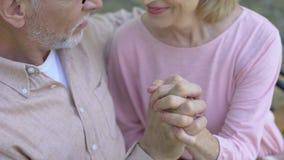 Романтичные выбытые пальцы скрещивания пар, руки удерживания, внешняя дата в парке сток-видео
