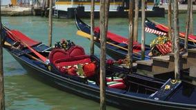 Романтичные гондолы причалили на грандиозном канале, традиционном венецианском переходе, перемещении видеоматериал