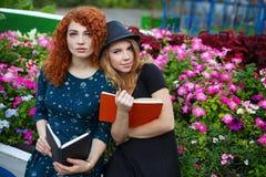 Романтичные книги чтения подруги в парке Стоковые Изображения