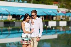 Романтичные красивые пары идя outdoors совместно стоковые фотографии rf