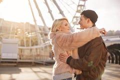 Романтичные любовники обнимают на улице Стоковое Изображение