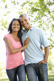 Романтичные молодые Афро-американские пары идя в парк Стоковые Фотографии RF