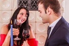 Романтичные молодые пары выпивая красное вино стоковая фотография rf