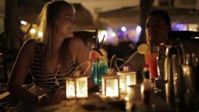 Романтичные молодые пары наслаждаясь пить в дате видеоматериал