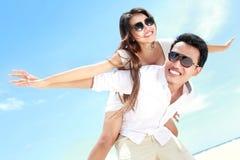 Романтичные молодые пары на пляже имея потеху Стоковые Изображения RF