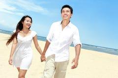 Романтичные молодые пары на пляже стоковое изображение rf