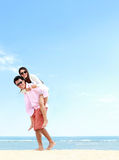 Романтичные молодые пары на пляже Стоковые Изображения