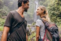 Романтичные молодые пары совместно на походе Стоковая Фотография