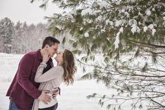 Романтичные молодые пары outdoors в зиме Стоковая Фотография