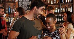 Романтичные пары взаимодействуя пока имеющ стекла спирта видеоматериал