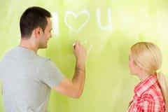 Романтичные пары восстанавливая дом Стоковая Фотография