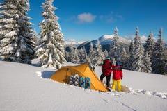 Романтичные пары во время зимы путешествуют в глуши Стоковые Изображения RF