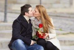 Романтичные пары в влюбленности празднуя годовщину Стоковые Изображения